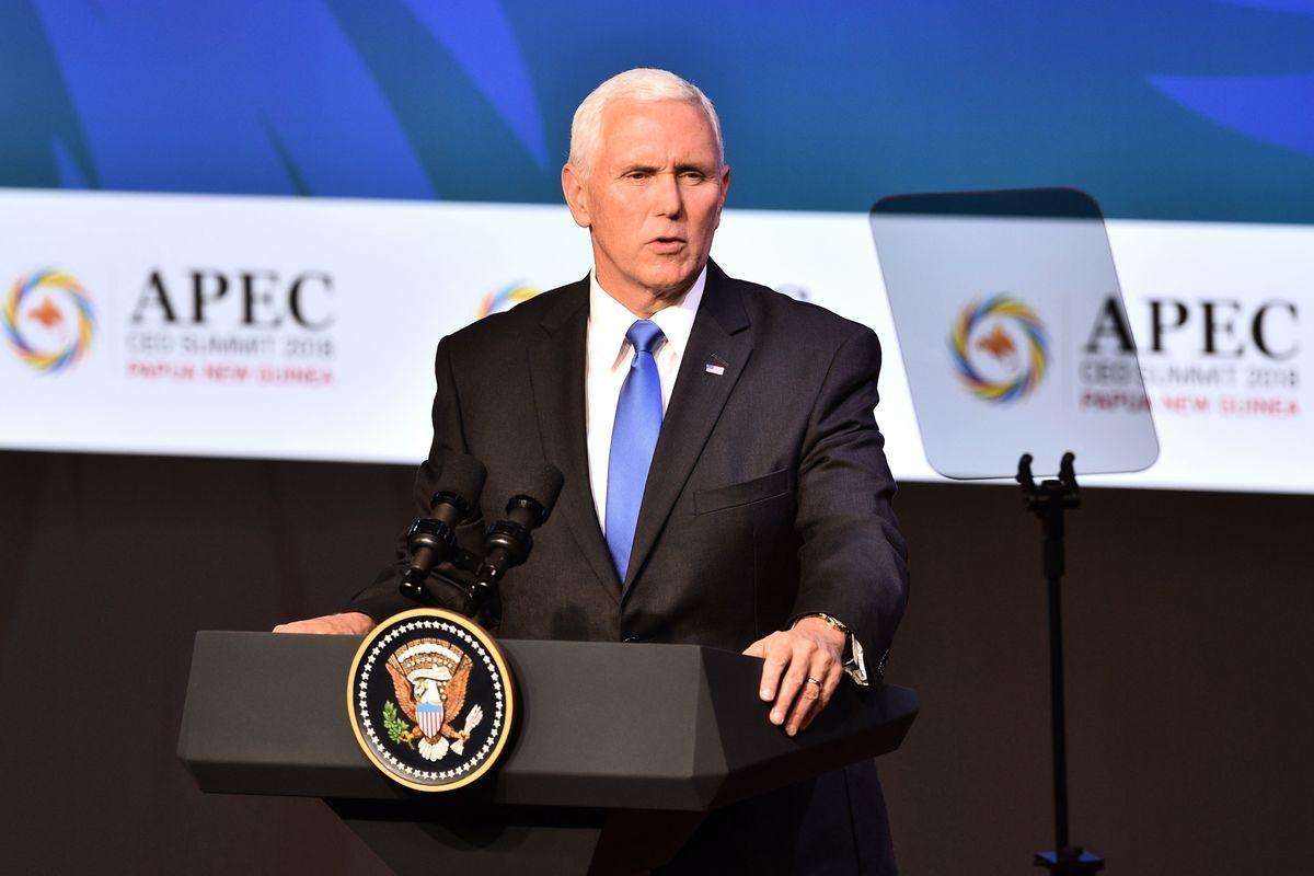 彭斯表示,我們在努力達成新的協議的同時,也反對採取不公平貿易行為的國家。特朗普總統對我們與中國貿易關係採取的立場就是一例。(PETER PARKS/AFP/Getty Images)