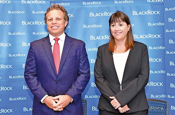 左起貝萊德亞洲及環球新興市場股票團隊主管施安祖(Andrew Swan)、首席投資總監貝琳達(Belinda Boa)。(郭威利/大紀元)