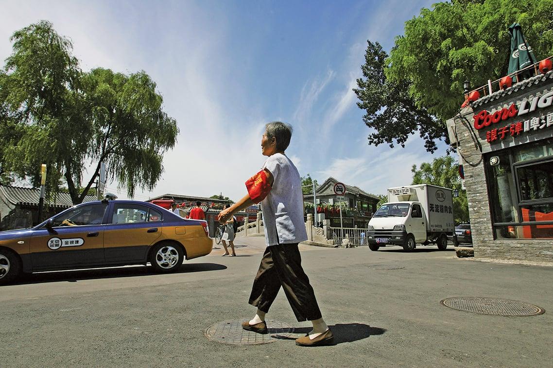 10年前北京的治安「志願者」大媽。(Getty Images)