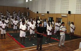 2012年10月,印度安得拉邦林業學院的主任請法輪功學員向一百四十位在學院培訓的林業部官員介紹法輪功。(明慧網)