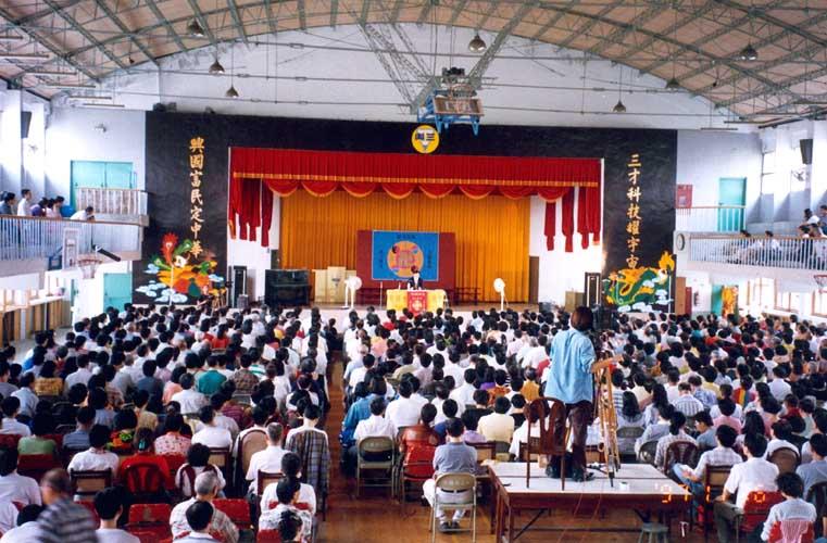 李洪志師父於1997年11月在台北三興國小講法。(明慧網)