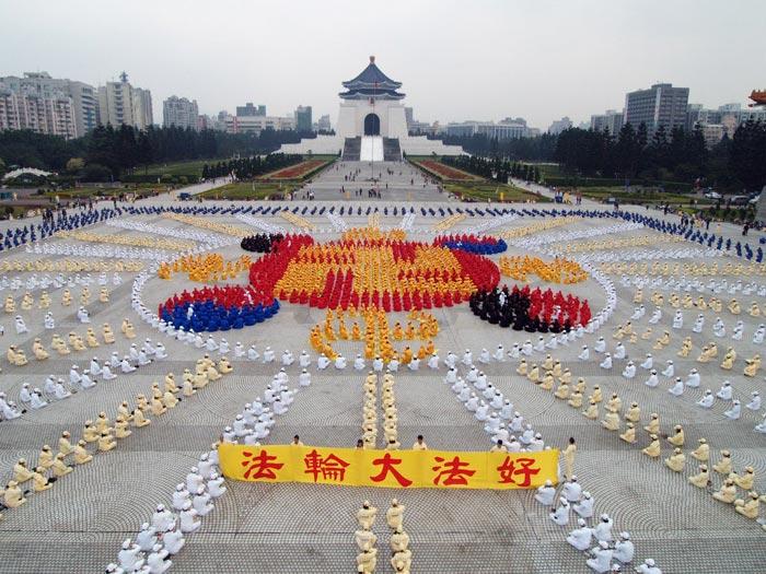 2005年12月25日,四千名法輪功學員排成法輪圖形,展示法輪大法洪傳世界,並恭祝李洪志師父新年好。(明慧網)