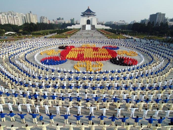 2005年12月25日,四千名法輪功學員排成法輪圖形。(明慧網)