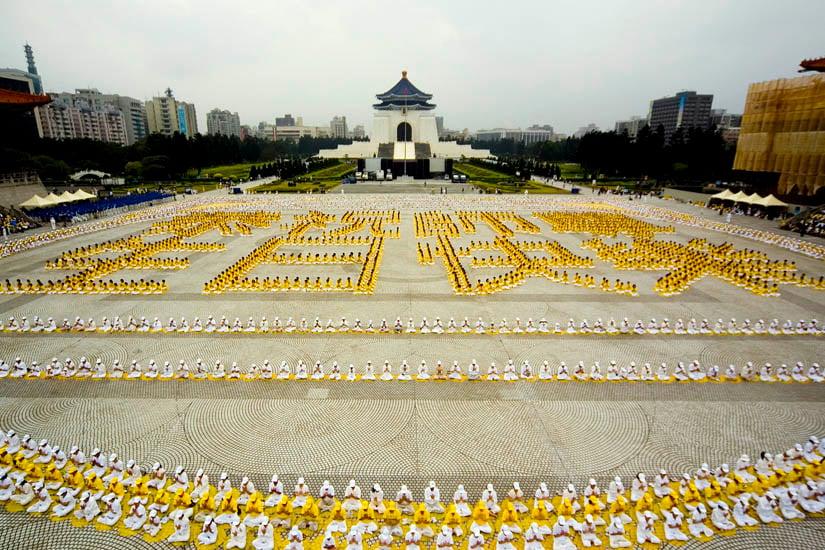 2007年5月13日,五千名法輪功學員在自由廣場集體煉功,排出「恭祝師尊生日快樂」,向李洪志師父祝壽。(明慧網)