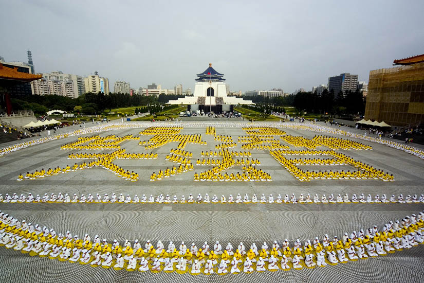 2007年5月13日,五千名法輪功學員排出「513世界法輪大法日」,慶賀大法洪傳十五年。(明慧網)