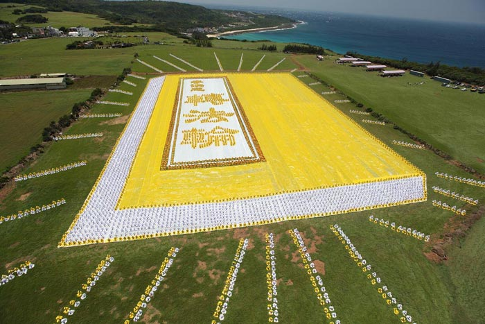 2009年5月9日,六千多名法輪功學員排出指導修煉的《轉法輪》這本書的圖形。(明慧網)
