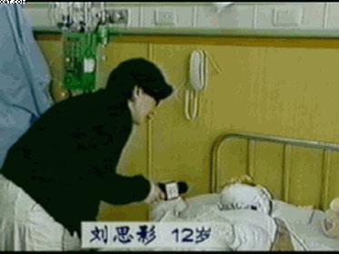 在「自焚」事件中被大面積燒傷的小女孩劉思影氣管被切開後四天就能接受採訪並能唱歌。(影片截圖)