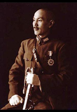 蔣介石全身軍裝禮服標準像,攝於1940年。(公有領域)