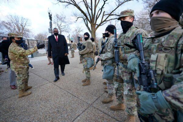 2021年1月29日,國防部長勞埃德·奧斯汀(Lloyd Austin,左)訪問部署在國會大廈及其周邊地區的國民警衛隊。(Manuel Balce Ceneta /Pool/AFP via Getty Images)