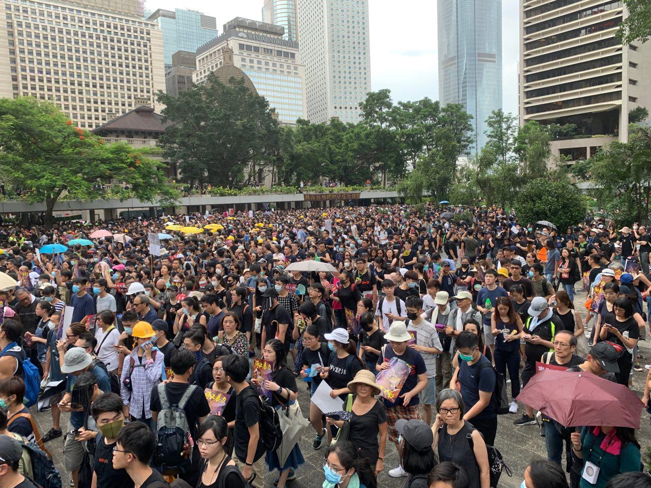中環遮打公園集會上密密麻麻的反送中市民學生。(駱亞/大紀元)