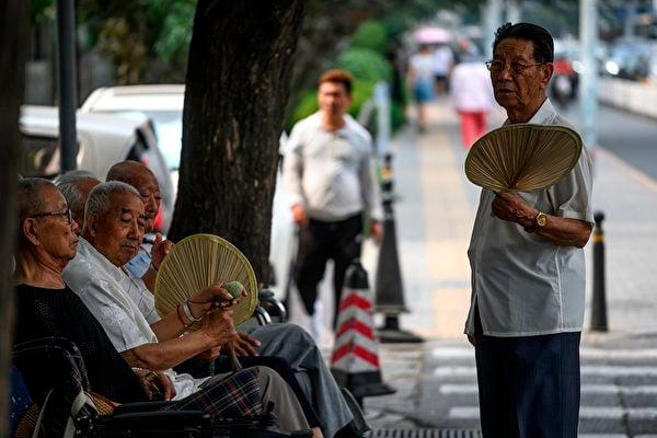 大陸老齡化正在快速加劇,而數字經濟令老人舉步維艱。(FRED DUFOUR/AFP/Getty Images)