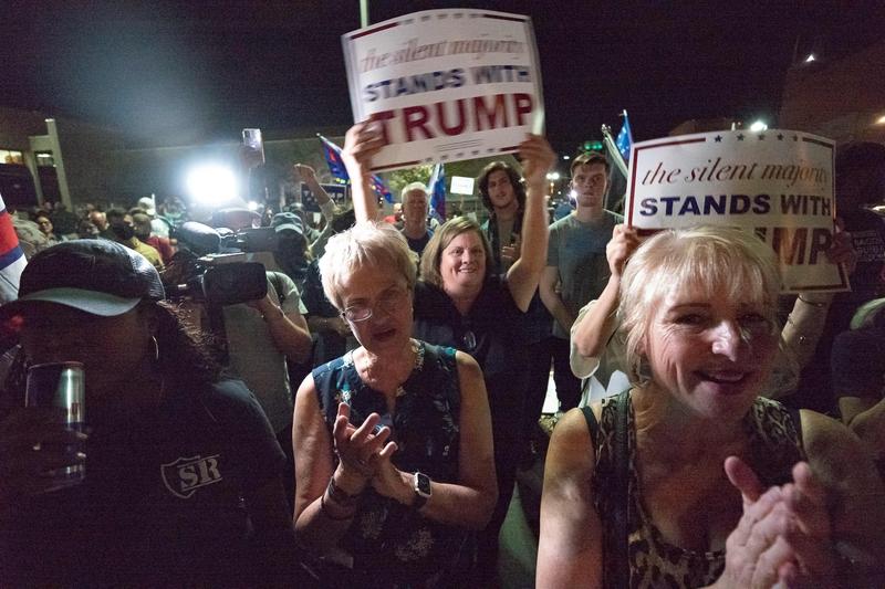 2020年11月5日,亞利桑那州鳳凰城馬裏柯帕郡選舉中心外,民眾聚集表達支持特朗普。(OLIVIER TOURON/AFP via Getty Images)