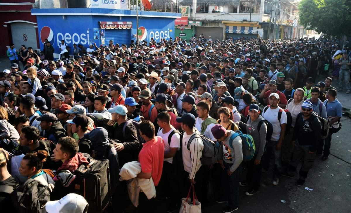 11月2日,來自薩爾瓦多的難民潮等待進入危地馬拉和墨西哥國際邊境橋樑。(Marvin Recinos/AFP/Getty Images)