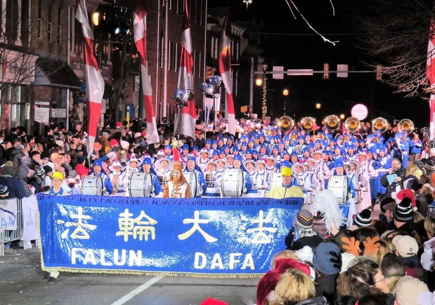 應邀參加賓州聖誕遊行 紐約天國樂團送祝福