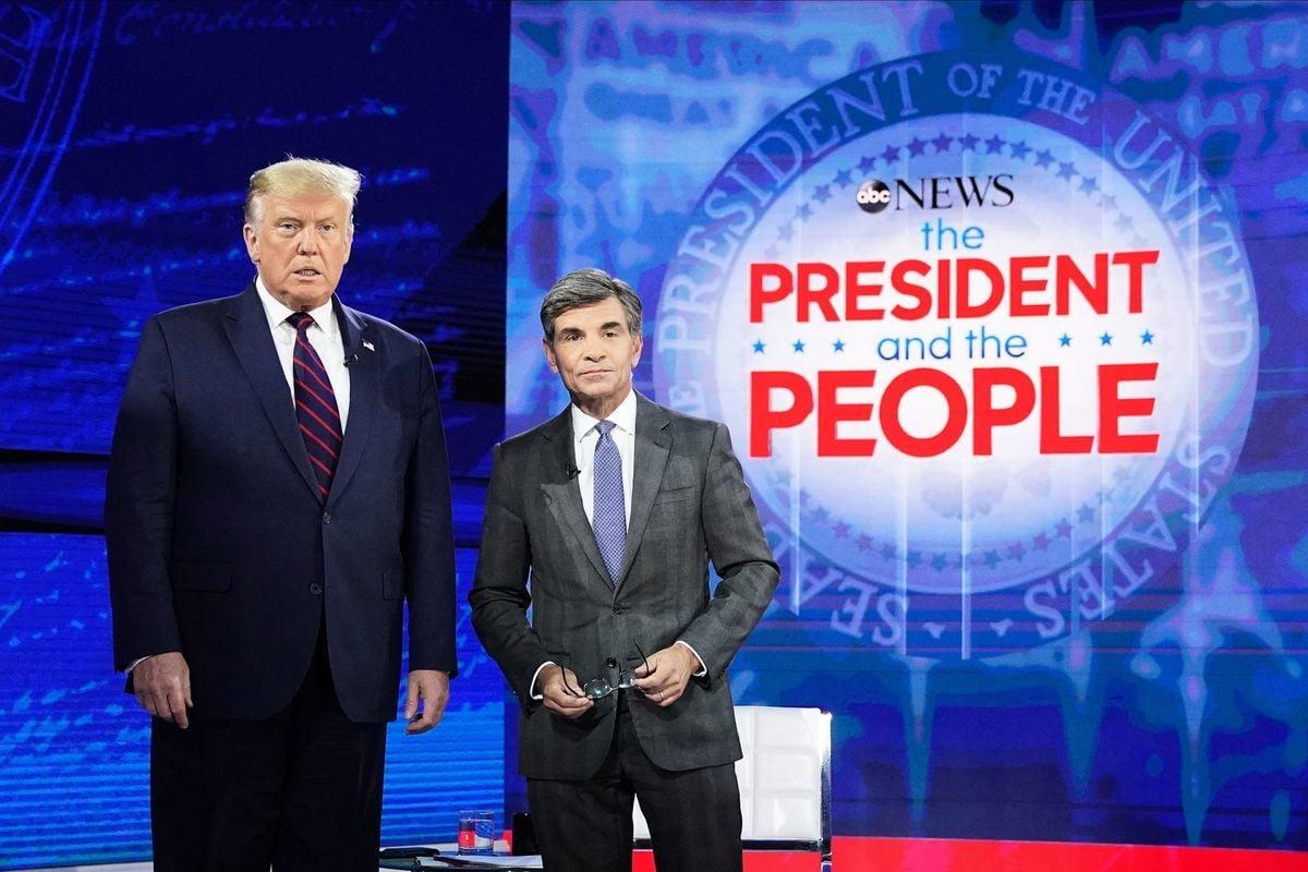 2020年9月15日,美國總統唐納德·特朗普於在賓夕凡尼亞州費城國家憲法中心(National Constitution Center)舉行的市政廳活動之前與美國廣播公司(ABC)新任主播喬治·斯蒂芬諾普洛斯(George Stephanopoulos)合照。(MANDEL NGAN/AFP)