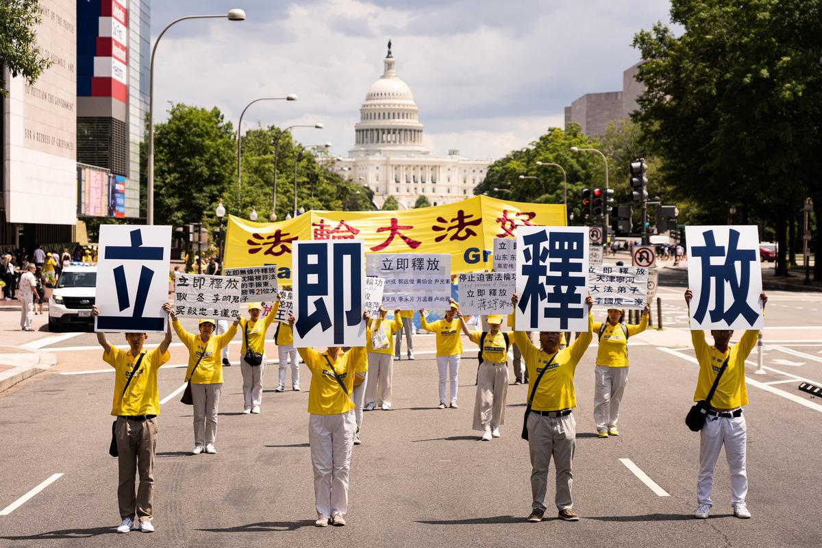 2019年7月18日,來自美東和美中地區的部份法輪功學員聚集在華盛頓DC,舉行法輪功反迫害20周年大型遊行活動。來自紐約的法輪功學員呼籲立即釋放被中共綁架的大陸親友同修。(戴兵/大紀元)