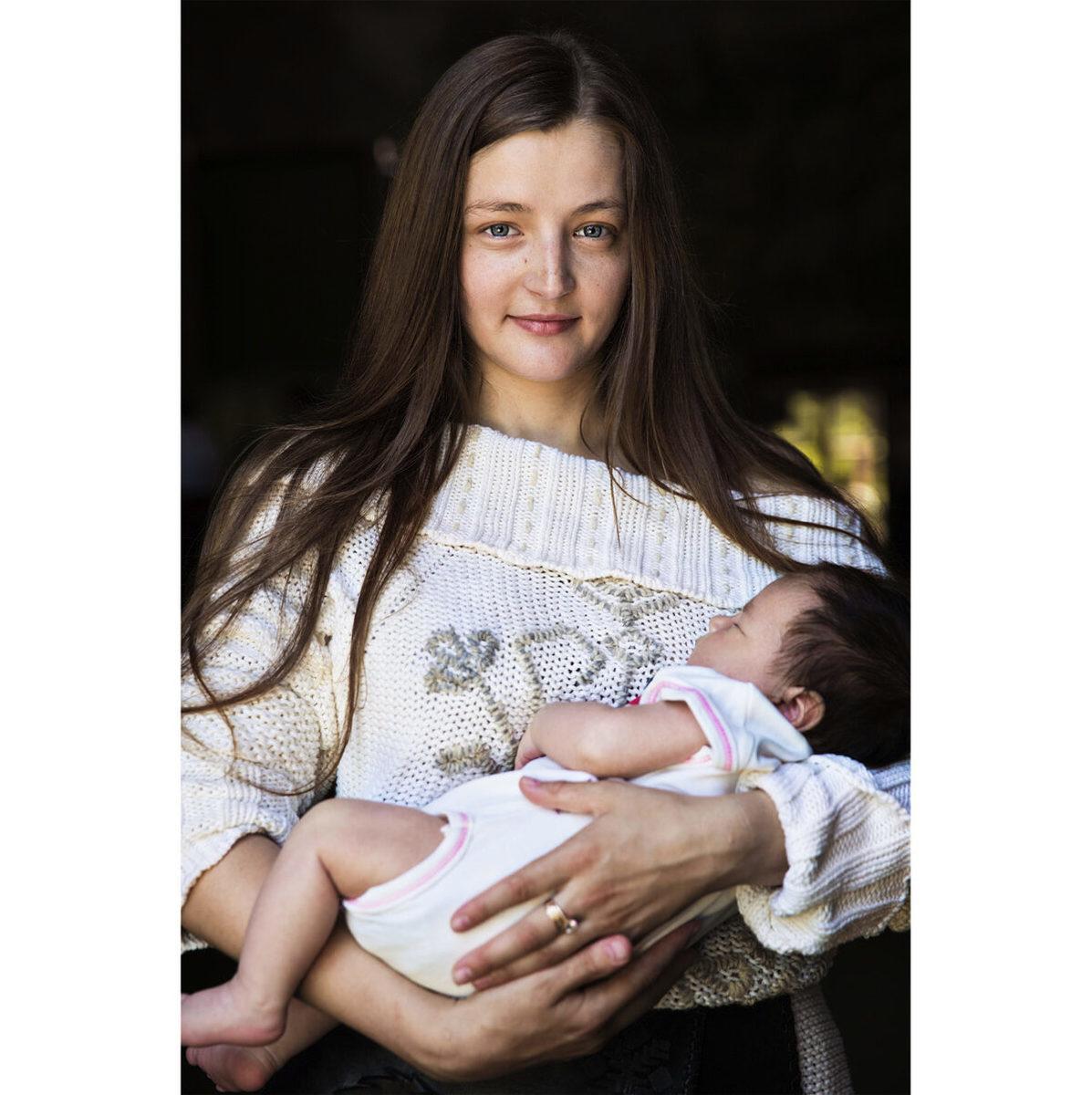 摩爾多瓦奇希努的伊娜和她的一個月大的女兒。(米哈艾拉提供)