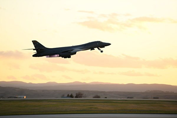 2020年4月28日,分配給第28轟炸聯隊的B-1B轟炸機從南達科他州的空軍基地發射升空。(U.S. Air Force photo by Senior Airman Nicolas Erwin)