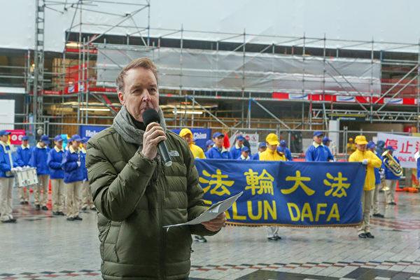 人權律師克里·戈爾(Kerry Gore)出席集會並演講,呼籲停止迫害。(譚鑫/大紀元)