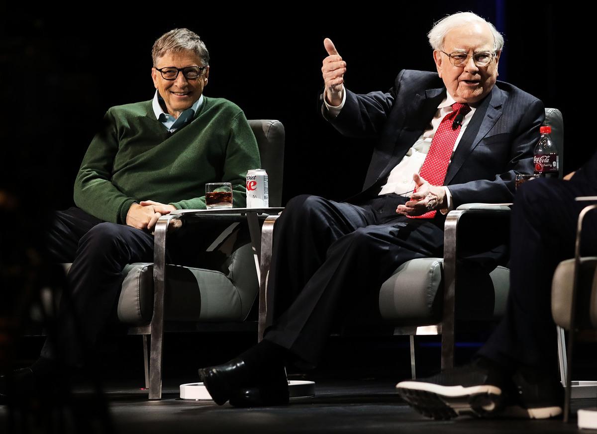 沃倫‧巴菲特(Warren Buffett)(右)和比爾‧蓋茨(Bill Gates)。(Spencer Platt/Getty Images)
