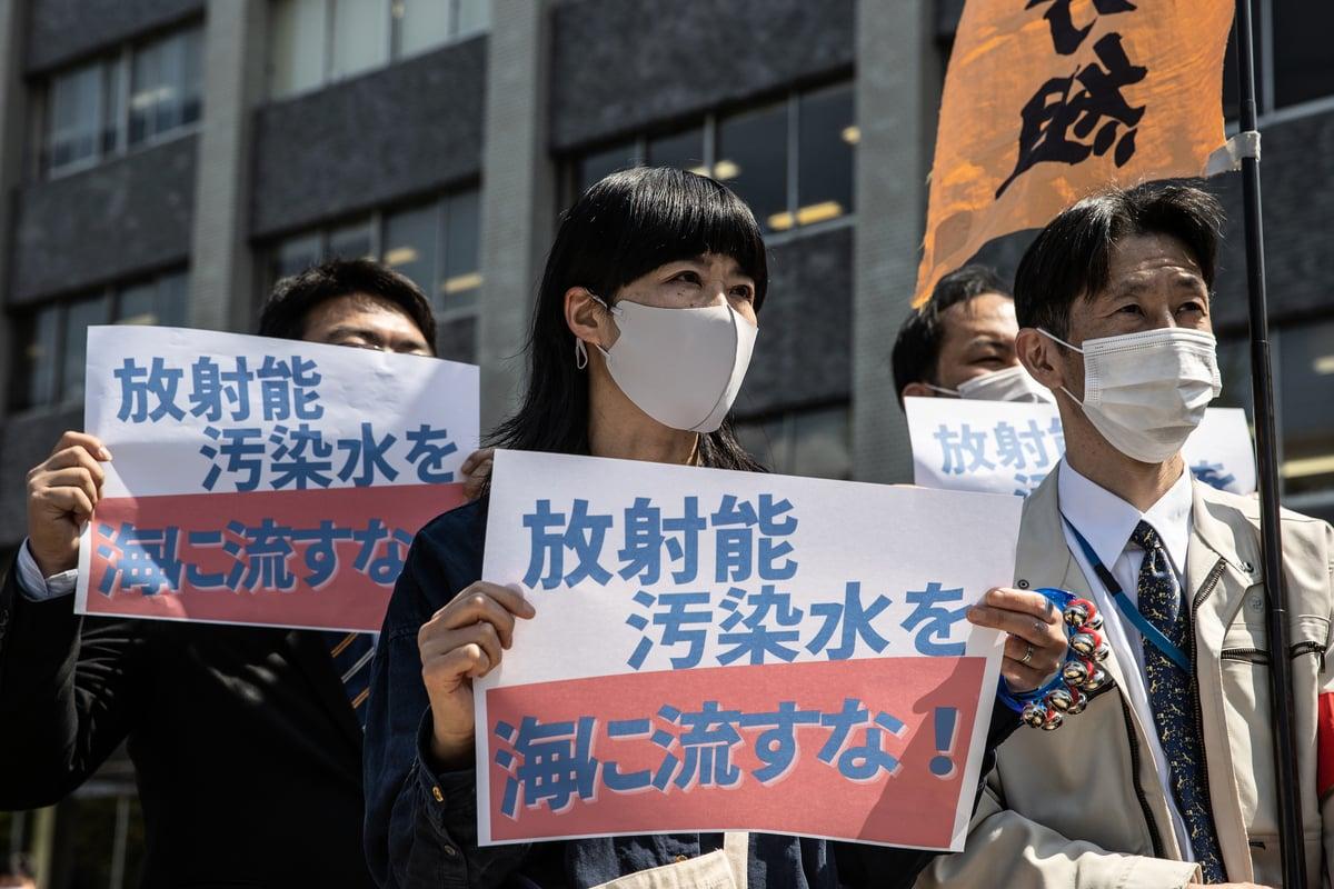 日本聚集在首相官邸外抗議,反對政府將輻射污染水的排放入海的決定。(Takashi Aoyama/Getty Images)
