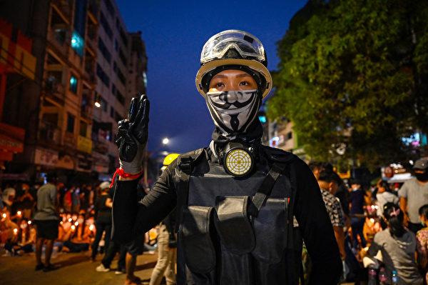2021年3月13日,緬甸幾個城市再度爆發抗議示威,目擊者和媒體表示,緬甸安全部隊殺害至少12名抗議者。迄今已有逾70人被殺害。圖為民眾悼念被害者。(STR / AFP)