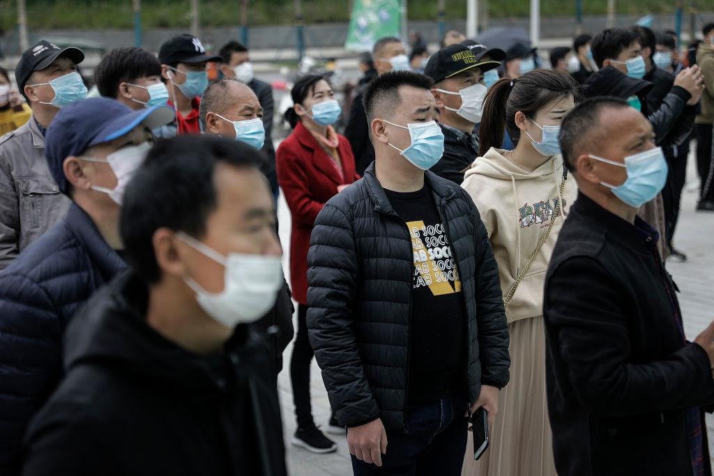 圖為2020年4月21日武漢一就業市場。(Photo by Getty Images)