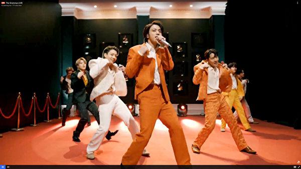 防彈少年團(BTS)於第63屆葛萊美獎演出《Dynamite》照,中央為成員JIN(金碩珍)。(Theo Wargo/Getty Images for The Recording Academy)