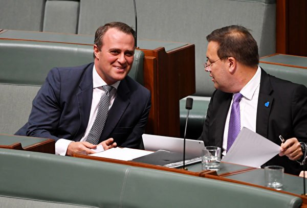 圖左為澳洲聯邦議員威爾遜(Tim Wilson)。(Tracey Nearmy/Getty Images)