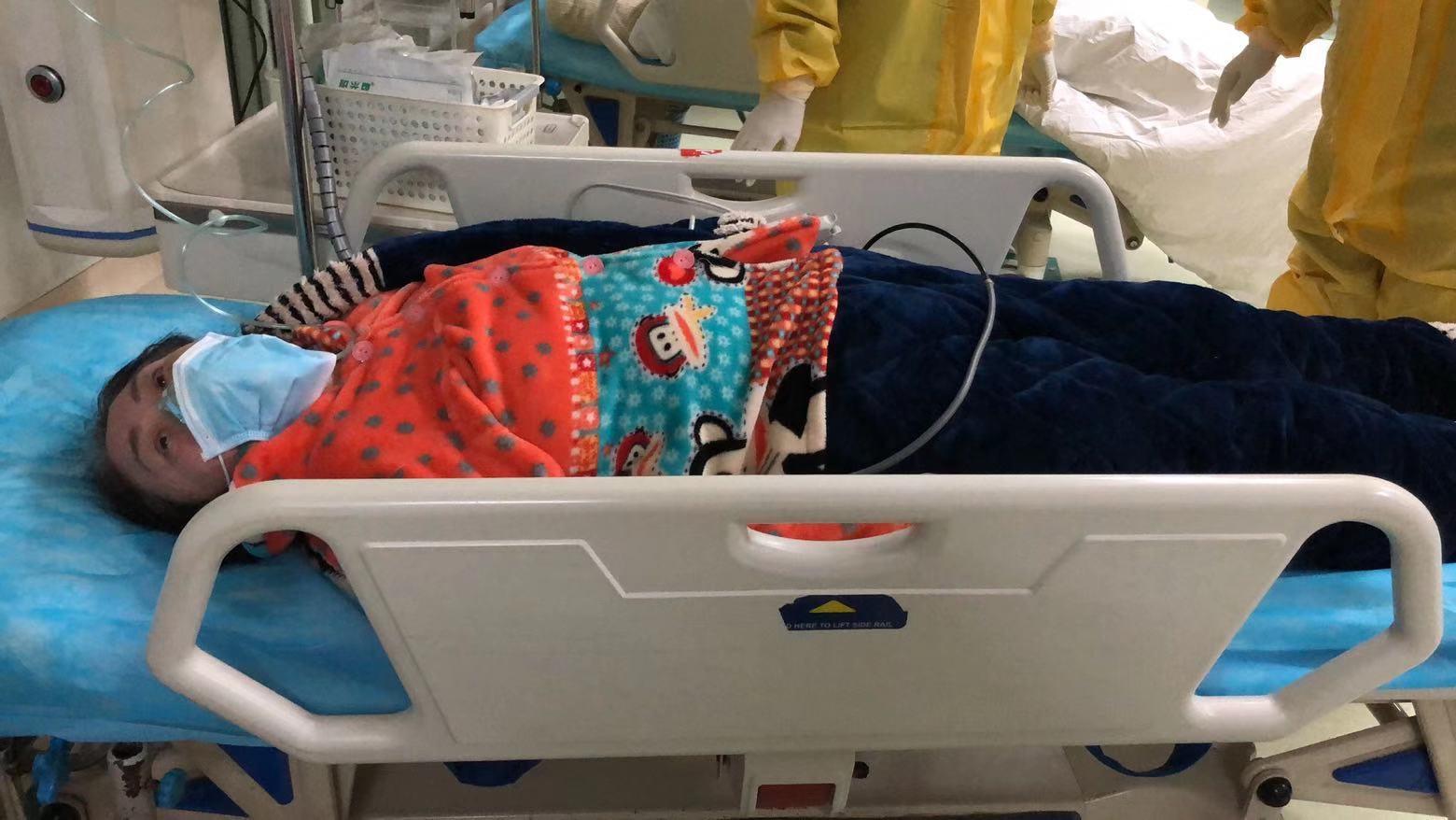 圖說:陳女士2020年1月28日從國外趕回中國,奮力衝破新薩斯瘟疫中的「死循環」,竭力搶救病危的母親。圖為陳女士母親在武漢醫院中吸氧、等待救治的照片。(圖片來源:受訪人提供)