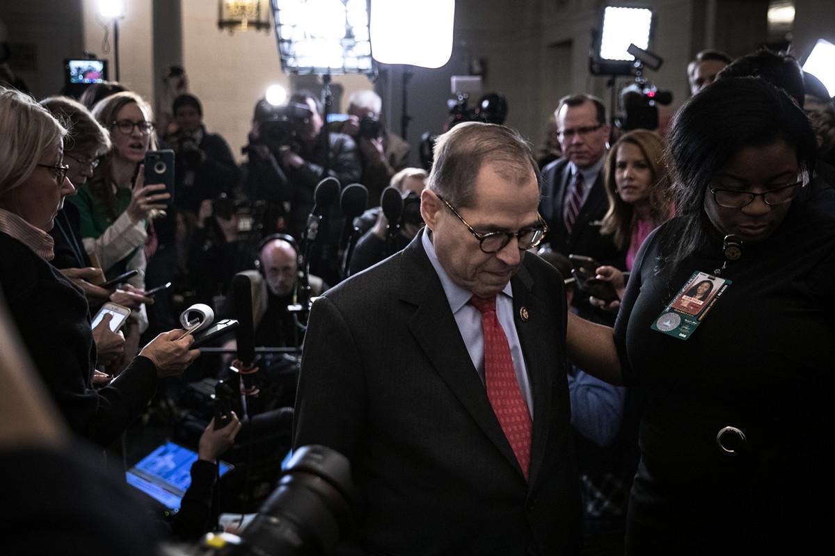 圖為美眾院司法委員會主席納德勒(Jerry Nadler)12月13日對外簡報,該委員會以23票對17票通過對總統特朗普的列入彈劾指控。(Drew Angerer/Getty Images)