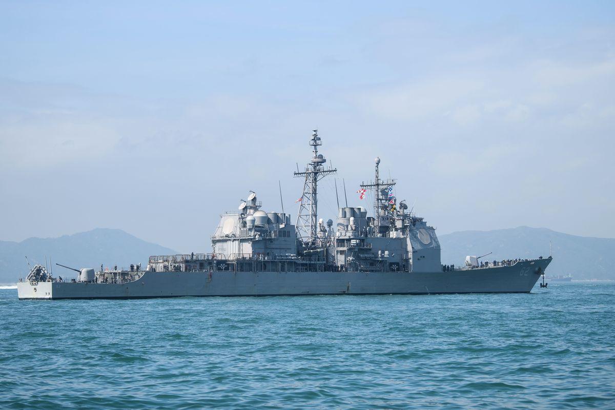 美軍導彈巡洋艦錢瑟勒斯維爾號(USS Chancellorsville)於11月26日在南海行駛自由航行權。圖為2018年11月21日,錢瑟勒斯維爾號訪問香港。(ANTHONY WALLACE/AFP/Getty Images)