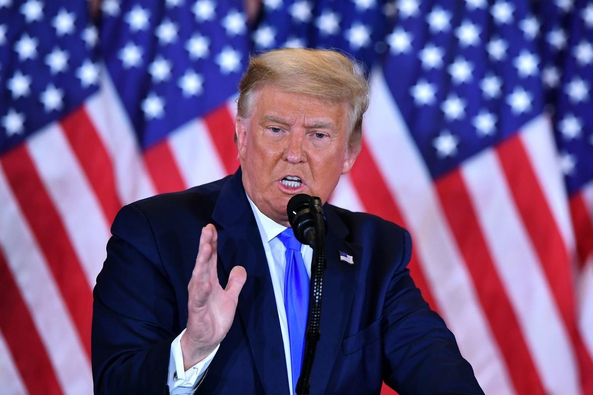 2020年11月4日,美國總統特朗普發表多條推文,指控選舉計票舞弊,這些推文遭到推特的封殺。(Bethany Clarke/Getty Images)