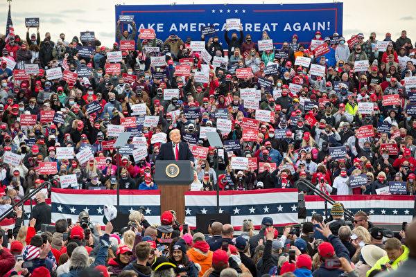 2020年10月25日下午特朗普總統來到新罕布什爾州發表「讓美國再次偉大」演講。(Scott Eisen/Getty Images)