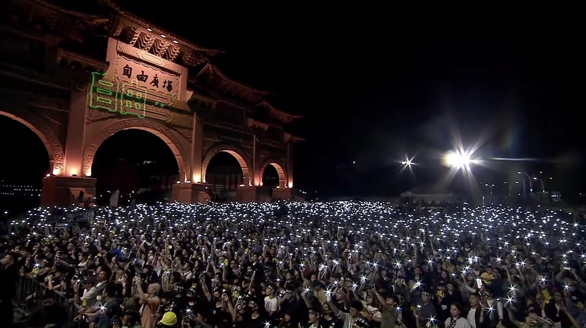 17日,台灣舉辦「撐香港要自由」演唱會,吸引超過2萬名民眾參與。(大紀元影片截圖)