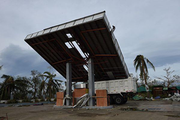 強颱風「海馬」肆虐菲律賓北部地區,非正式統計顯示,奪走至少7人性命,基礎建設破壞嚴重。(TED ALJIBE/AFP/Getty Images)