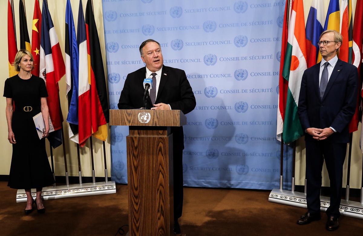 2020年8月20日,美國國務卿蓬佩奧在聯合國與安理會的成員國舉行會議,敦促恢復對伊朗的制裁。圖為蓬佩奧開會後,向記者講話。(MIKE SEGAR / POOL / AFP)