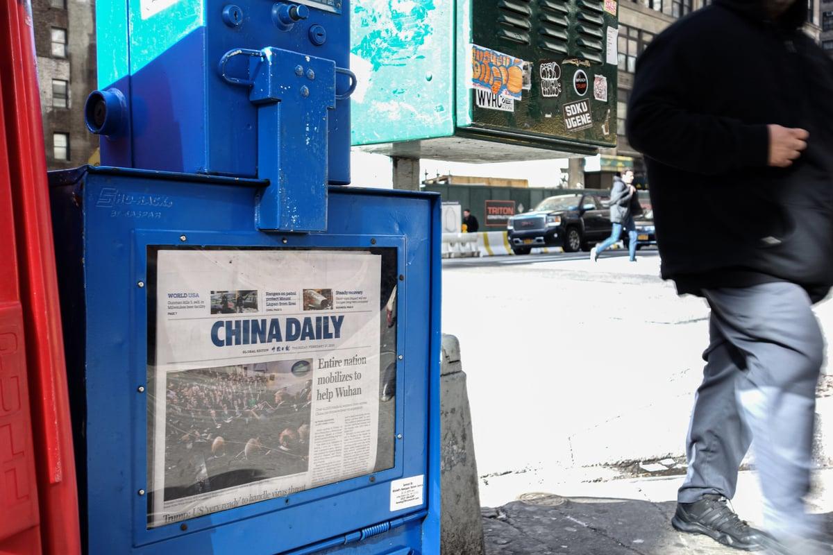 圖為2020年2月27日紐約街頭一個報箱,由中共中央宣傳部主辦、中共國務院新聞辦公室代管的英文《中國日報》。(Chung I Ho/大紀元)