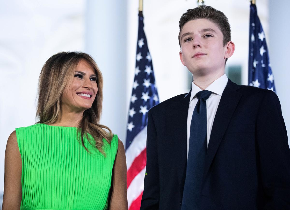 2020年8月27日,美國總統唐納德·特朗普(Donald Trump)在華盛頓特區白宮南草坪上發表共和黨總統提名講話。圖為在現場的美國第一夫人梅拉尼婭·特朗普(Melania Trump)和兒子巴倫·特朗普(Barron Trump)。(Chip Somodevilla/Getty Images)
