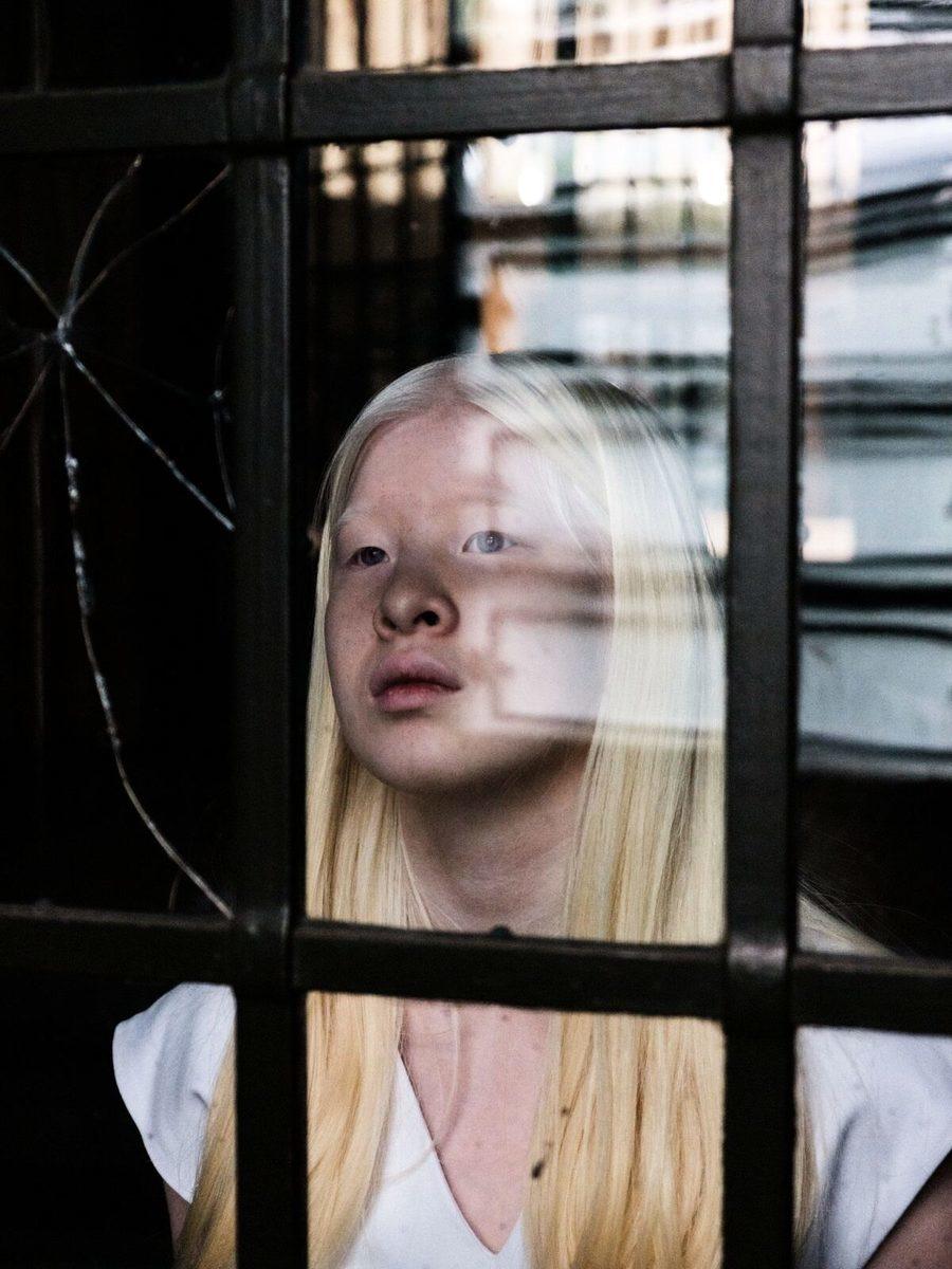 因患有白化病而遭中國父母拋棄的女孩雪麗,由於與眾不同的外表卻意外成就了自己的模特生涯,小小年紀就已登上《時尚》雜誌的版面。(Marco De Waal via Zebedee提供)