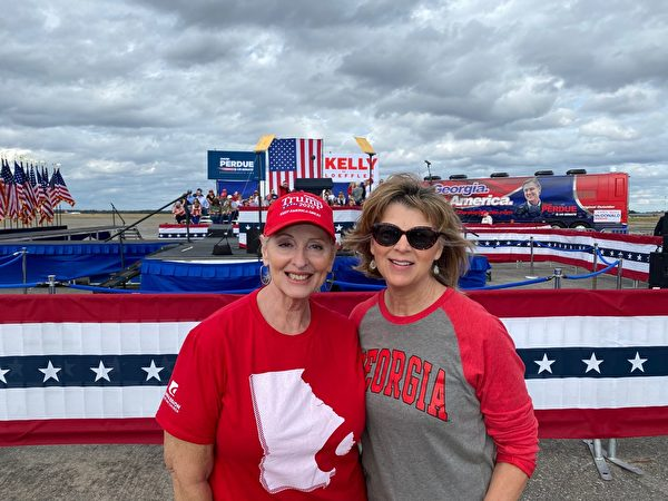 前來參加集會的當地民眾埃倫.麥格勞(Ellen McGraw,右)與琳恩.貝蒂訥(Lynne Bethune,左)。(李桂秀/大紀元)