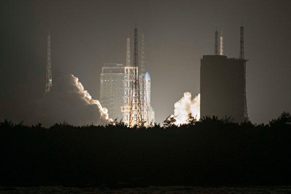 2019年12月27日,中國的重型長征五號火箭從海南省文昌航天發射場發射升空。(STR/AFP via Getty Images)