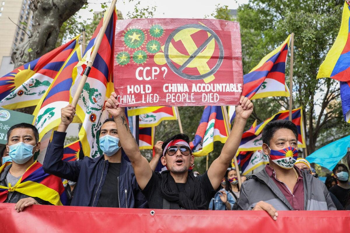 2020年10月1日,民運人士們在紐約市聯合國總部前,共同呼籲各國政府站出來反對中共對自由、民主和人權的壓制。(Samira Bouaou/The Epoch Times)