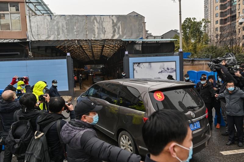 1月31日,世界衛生組織(WHO)專家小組到達武漢已封閉的華南海鮮批發市場。(HECTOR RETAMAL/AFP via Getty Images)