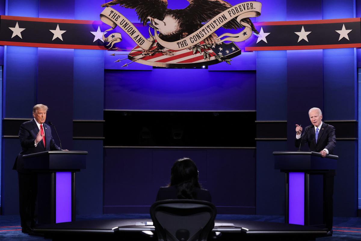2020年10月22日晚,特朗普和拜登進行了一場真正的辯論。人們普遍達成共識,認為整個辯論和上個月在克利夫蘭的第一場喧鬧辯論相比,更為井井有條。(Chip Somodevilla/POOL/AFP)