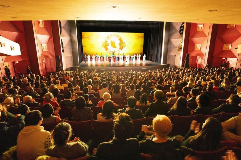 12月20日,神韻國際藝術團在美國帕切斯學院表演藝術中心開啟神韻2020年度全球巡迴演出的首場演出。(戴兵/大紀元)