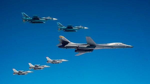 2020年4月22日,從本土起飛的美軍B-1B轟炸機與駐日本三澤空軍基地的F-16戰鬥機和日本空中自衛隊F-2戰鬥機在日本海聯合訓練。(美國空軍)