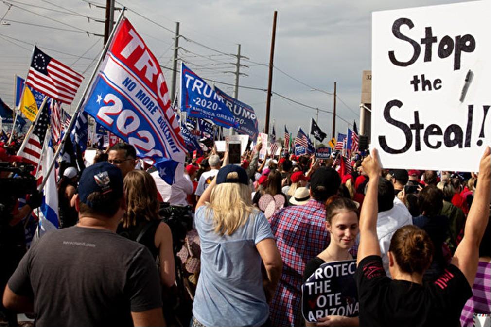 2020年11月6日,在美國亞利桑那州鳳凰城,特朗普總統的支持者聚集在馬里科帕(Maricopa)縣選舉部外,抗議大選舞弊。(CourtneyPedroza/GettyImages)