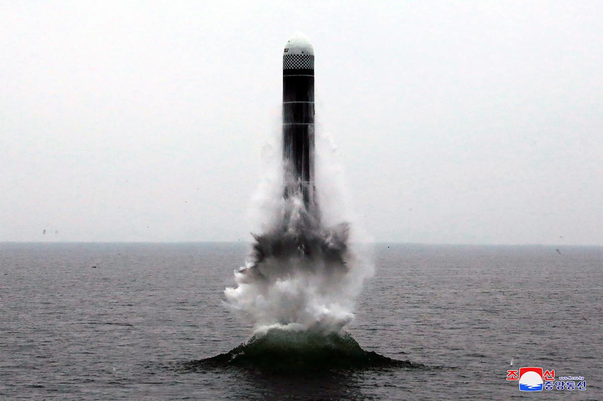 10月5日,美朝談判代表聚集在瑞典進行無核化談判。圖為北韓最新測試的「北極星-3」(Pukguksong-3)彈道導彈。(KCNA VIA KNS/AFP)