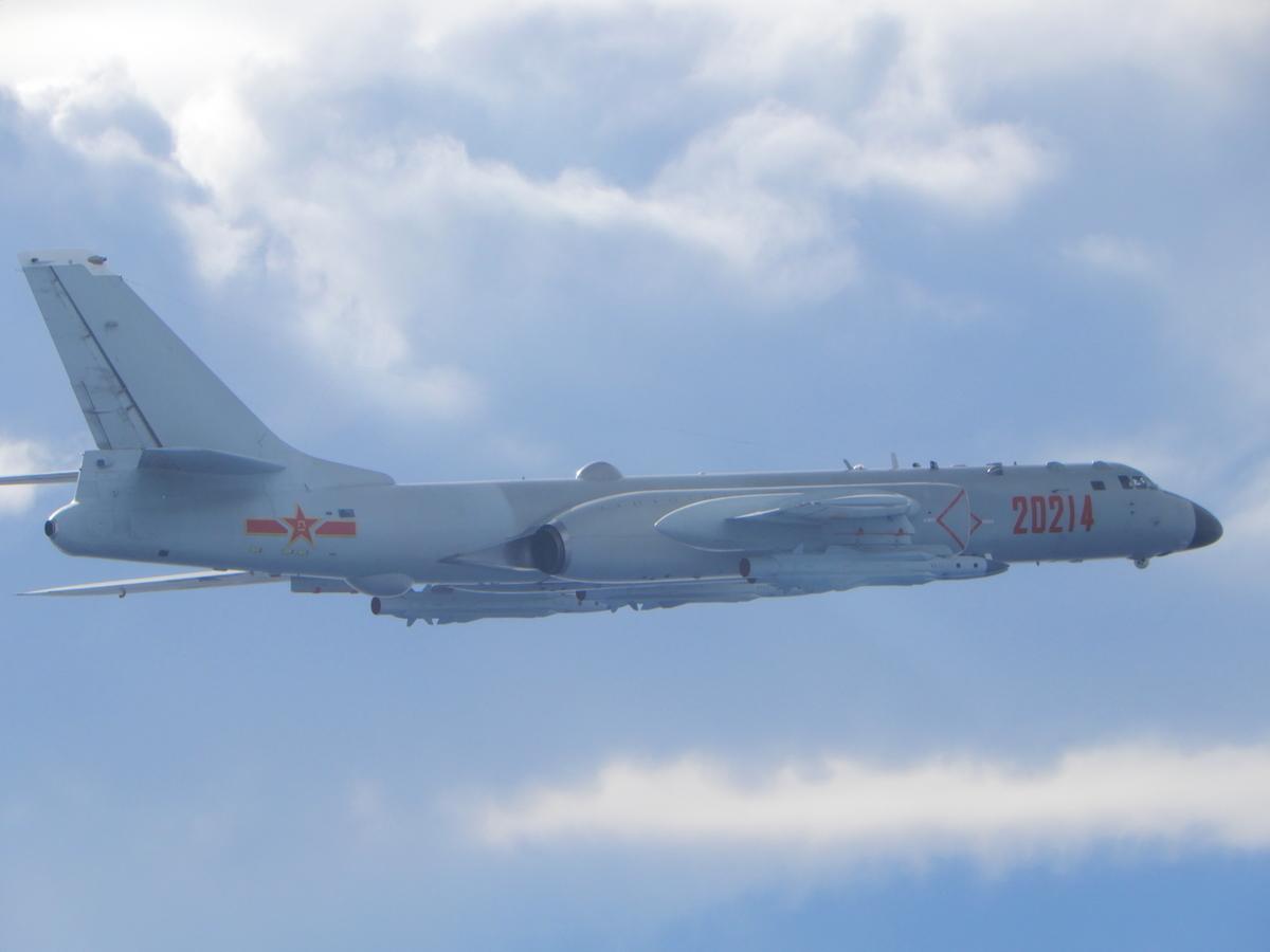 中共空軍近2年頻派軍機侵擾台灣,日前又首度派遣轟炸機、戰機混合機隊擾台,引發兩岸軍事緊張。圖為中共轟-6轟炸機。(國防部提供)